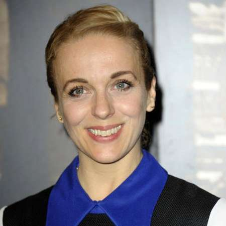 The 42-year old daughter of father (?) and mother(?), 163 cm tall Amanda Abbington in 2017 photo
