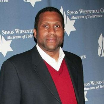 Do you know if talk show host Tavis Smiley married? Ascertain his affairs and dating history