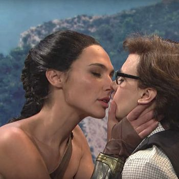 Gal Gadot And Kate McKinnon Kissed On Saturday Night Live
