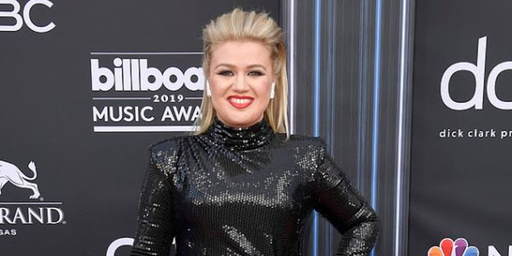 Kelly Clarkson Hits Back at Weight Loss Rumors