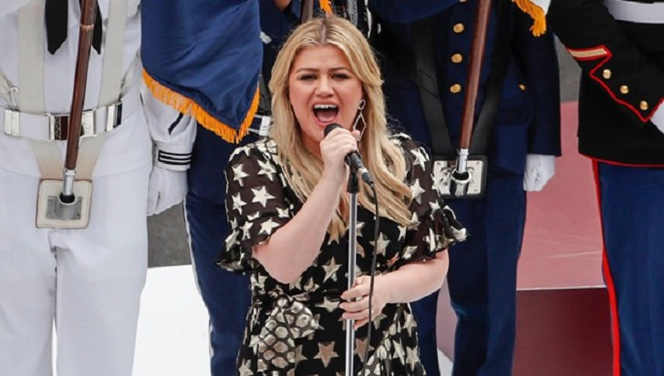 Kelly Clarkson Nearly Falls Down on Indy 500 Red Carpet